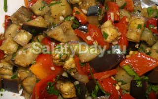 Быстрый салат с баклажанами и помидорами. Салат из баклажанов. Салат из баклажанов с помидорами, мягким сыром и перцем