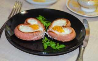 Завтрак из сосисок и яиц сердце