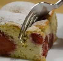 Испечь пирог с клубникой