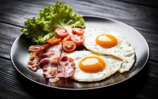 Как пожарить яичницу с колбасой на сковороде