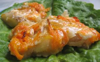 Запеченная рыба с морковкой и луком