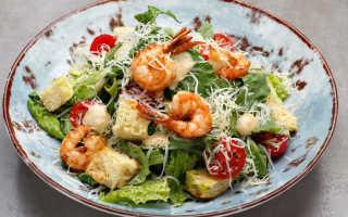 Цезарь с креветками рецепт. Классический салат цезарь с креветками. Приготовление вкусных сухариков