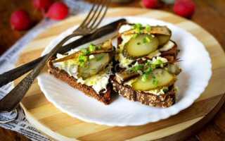 Закуска шпроты на жареном хлебе с огурцами