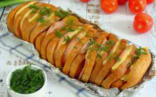 Запеченный батон с колбасой и сыром