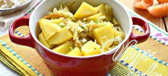 Как потушить соленую капусту с картошкой